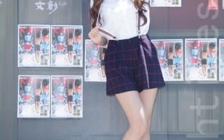 翁滋蔓於2014年9月6日在台北出席街頭活動,化身俏皮報童街頭站台(黃宗茂/大紀元)