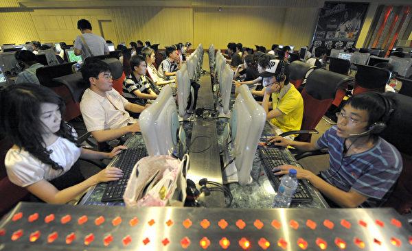 2014年後,人們發現中共官媒不斷加強對網路話語權的控制。圖為北京的一處網吧。(Getty Iamges)