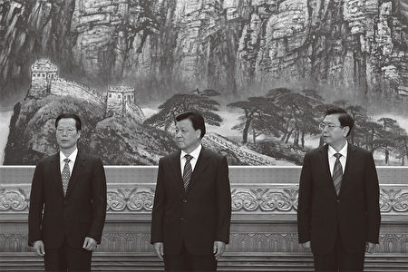 在紀念鄧小平110冥誕時,中共官方一再強調鄧說的「誰不改革誰下臺」,不但把矛頭對準了江澤民,也同時對準了3江派常委:劉雲山(中)、張德江(右)和張高麗(左)。(AFP)