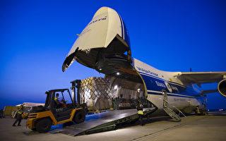 9月4日,德国援助给伊拉克库尔德人的武器在莱比锡机场装机。(JENS SCHLUETER/AFP)