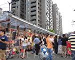 為了阻絕噪音、油煙汙染,台中市府4年前花了近千萬元打造長100公尺、高5公尺、具時尚感的「隔音牆」。是否發揮應有的作用,市府、攤商、住戶各說各話。(黃玉燕/大紀元)