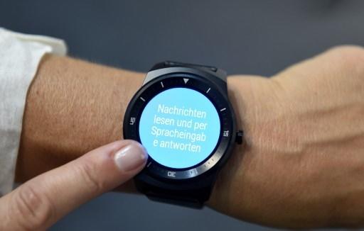 智能手表通常都是方形的,但LG帶來了圓屏智能手表。(TOBIAS SCHWARZ/AFP)