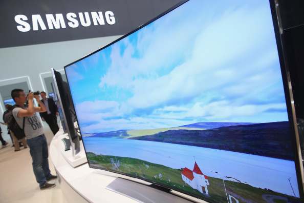 三星超大、超清曲面電視,105英寸,相當震撼。(Sean Gallup/Getty Images)