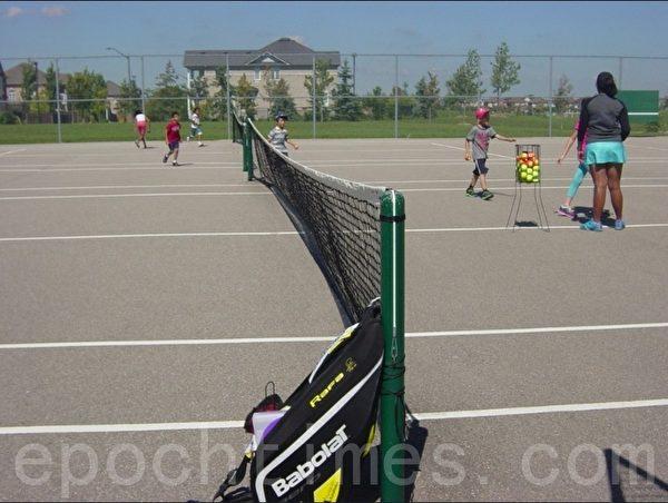 在网球班上孩子们在老师指导下练习(李文笛/大纪元)