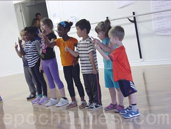 孩子们在做毕业节目表演。(李文笛/大纪元)