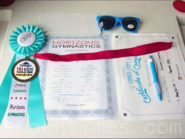 学习班结束后发的部分奖品、纪念品、结业证书等。(李文笛/大纪元)