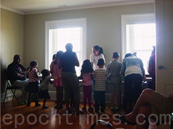 讲解完牙齿保健知识后,工作人员指导孩子们做手工作品。(李文笛/大纪元)