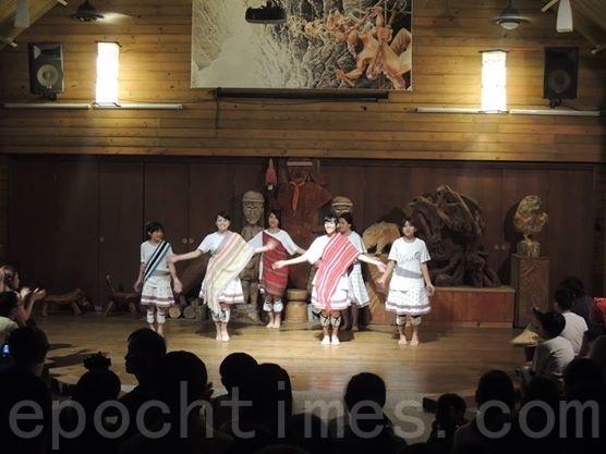 山月邨员工小孩表演太鲁阁族传统歌舞。(詹亦菱/大纪元)