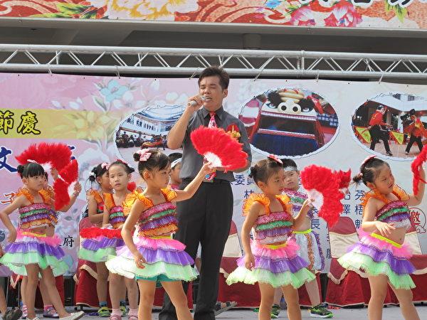 崙背读书协会演唱诏安歌谣,惠华幼稚园小朋友伴舞。(廖素贞/大纪元)