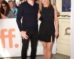 詹妮弗.安妮斯顿与萨姆.沃辛顿出席《蛋糕》首映式。(Jason Merritt/Getty Images)