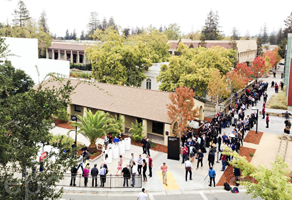 图:9月9日一大早,挤满了参加苹果发布会的人群,等待入场。(龚薇薇/大纪元)