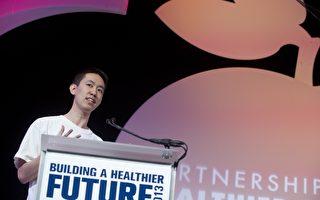 西南大學學生Dennis Ai2013年在蘋果開發者大會上展示他開發的應用軟件。(SAUL LOEB/AFP/Getty Images)