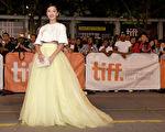 大陆女星周冬雨于9月7日在多伦多国际影展走红地毯,为《心花路放》作宣传。(多伦多电影节提供)