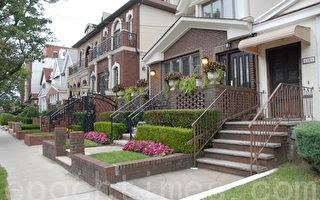 近来房贷利率一直维持在稍高于4%范围内,专家建议贷款买房要趁早。廉价资金的日子将很快结束。若真如此,住房市场的复苏或将面临好长时间以来都没有的阻力。 图为纽约市布鲁克林Midwood地区的单家庭住宅房。(摄影:杨采华/大纪元)