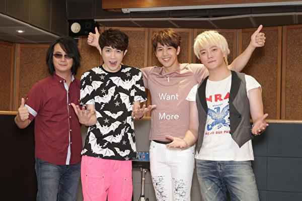 胡宇威进攻乐坛发EP,陈建宁(左1)、萧闳仁(左2)、阿沁(右1)为他打造新歌。(魔耳音乐提供)
