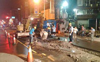 新北市府消防局表示,13日深夜据报,板桥区中山路二 段,由于道路施工不慎,挖断2吋的天然瓦斯管线(图 ),警消与瓦斯公司立即前往抢救。(消防局提供)