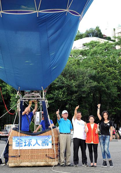 陈美凤帮75岁退休外交官叶爷爷一圆热气球梦。(全球人寿提供)