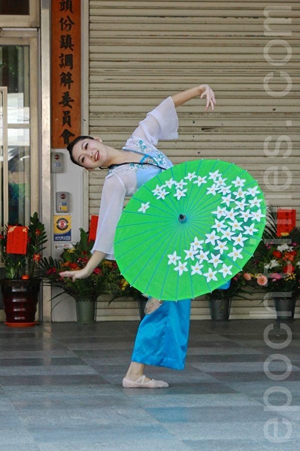 """陈美君表演的中国古典舞""""荷塘夜色"""",优雅精致。(许享富 /大纪元)"""