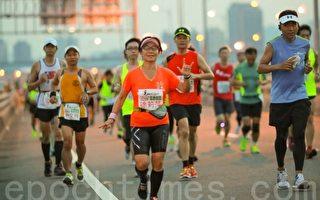 光桥夜跑全国马拉松赛。(宋顺澈/大纪元)
