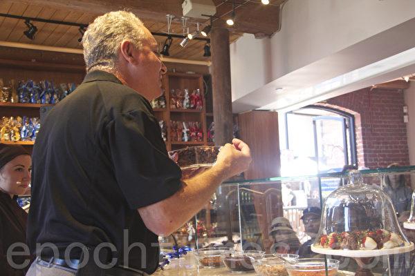 巧克力专家斯蒂夫甄多力向观众介绍巧克力的制做流程。(扬帆/大纪元)