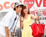 曹佑宁与支持爱心义卖的粉丝自拍合照。(CoCo提供)