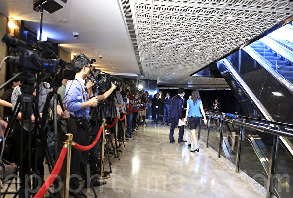 15日阿里巴巴在香港開始舉行亞洲推介會,董事局主席馬雲突然現身,吸引大批傳媒採訪。(余鋼/大紀元)
