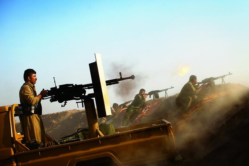 自2014年美軍開始打擊伊斯蘭國以來,已經有超過5萬名IS分子被擊斃。圖為伊拉克庫爾德士兵在摩蘇爾的一座山上與伊斯蘭國IS作戰。(AFP)