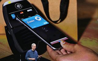 """随着移动支付概念的普及与趋势渐显,愈来愈多的智能手机内嵌NFC晶片。通过NFC,使用者可实现以手机作为行动支付的功能,让智能手机变成一个名符其实的""""手机钱包""""(Mobile Wallet)。(Justin Sullivan/Getty Images)"""