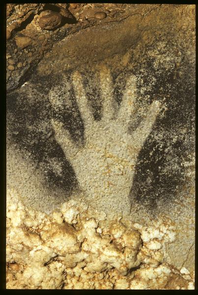 壁画上的手掌印。当时,画家是把自己的手放在岩壁上,用嘴把涂料往手上喷,最后把手拿开即留下印记了。(Centre de Préhistoire du Pech Merle提供)