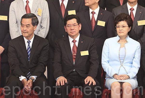 今次带领高规格香港代表团的团长,是与习近平关系较好、已经卸任的前香港特首董建华,而不见现任特首梁振英。这些举措明显架空江派在香港的代理人、地下党特首梁振英。图为梁振英18日出席资深行政人员协会酒会后,未回答记者提问就离开。(余钢/大纪元)