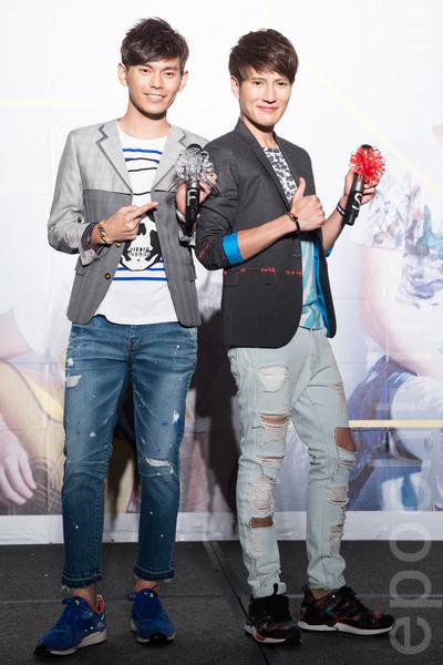 馬來西亞雙人組FS(Fuying&Sam)18日於台北發行首張專輯《溫度》,公司贈與兩人手工訂製水晶麥克風。(陳柏州/大紀元)