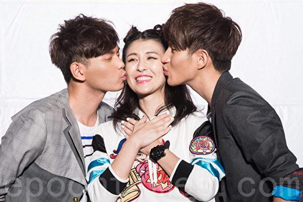 馬來西亞雙人組FS(Fuying&Sam)18日於台北發行首張專輯《溫度》,感謝好友魏如昀(中)站台獻吻。(陳柏州/大紀元)