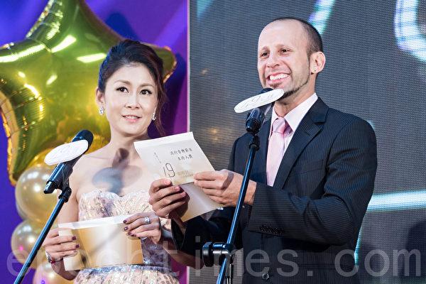 藝人曲艾玲(左)與阮安邦(右)18日於台北公布第49屆廣播電視金鐘獎入圍名單。(陳柏州/大紀元)
