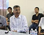 孙立勇(前排中)和湾区民运人士分享自己支持中国民主事业的经历。(李霖昭/大纪元)