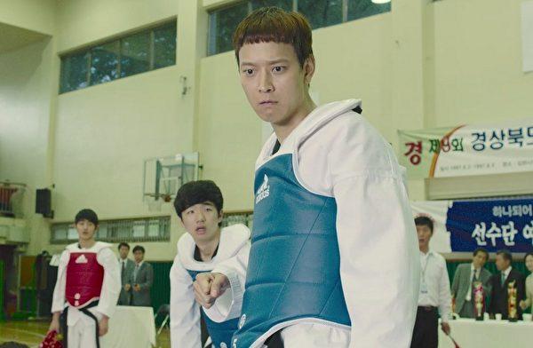 姜栋元(右)在片中是跆拳道高手,他透露自己之前就学过跆拳道。(采昌提供)