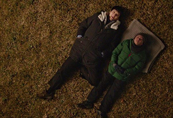 姜栋元(左)跟童星赵圣穆(右)在片中诠释父子,有许多感人的亲情互动。(采昌提供)