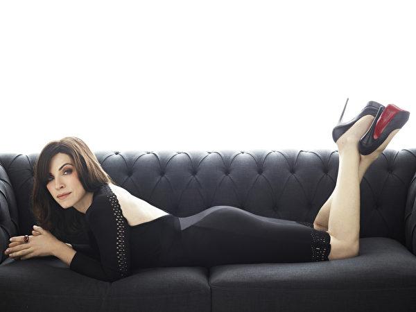 《傲骨贤妻》(The Good Wife)女主角茱莉安娜‧玛格里斯荣获本届艾美奖戏剧类最佳女主角。(杰德影音提供)