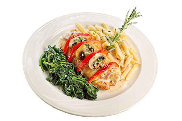 配以意大利通心粉、蘑菇、奶油醬的「烤雞胸肉」。(張學慧/大紀元)