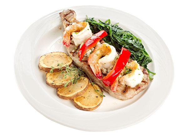 配以蒜醬、奶酪、土豆和蔬菜的「Nevada 牛腩大蝦」。(張學慧/大紀元)