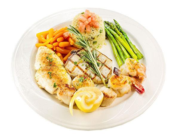 集鮮蝦、干貝、蛤蜊、旗魚的「烤海鮮合盤」。(張學慧/大紀元)