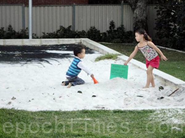 青岛王女士的一双儿女在玩耍。摄影2012年4月22日。(王女士提供)