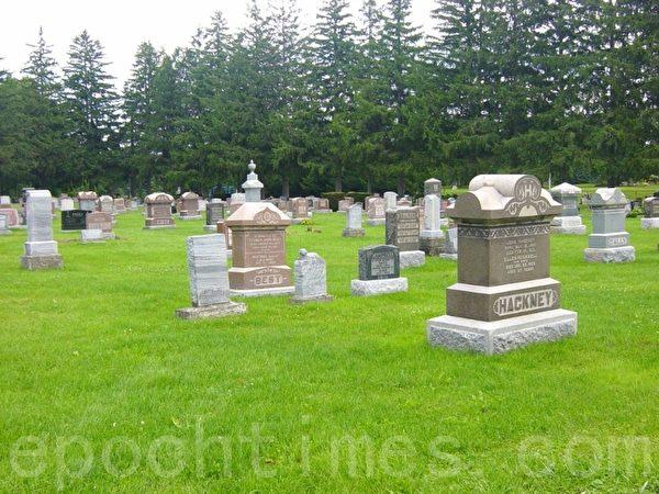 加拿大墓地的墓碑形式多样,据说有专门设计墓碑的部门。设计部门根据家属的意向,设计出不同的结构供家属选择。这是一个小镇的墓地。(李文笛/大纪元)