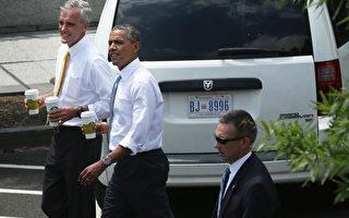 """今年6月,奥巴马在白宫幕僚长麦唐诺(Denis McDonough)陪同下,走到白宫附近星巴克买饮料,他拿着星巴克""""特大杯""""号对在场媒体表示,他喝的是茶。(Photo by Alex Wong/Getty Images)"""