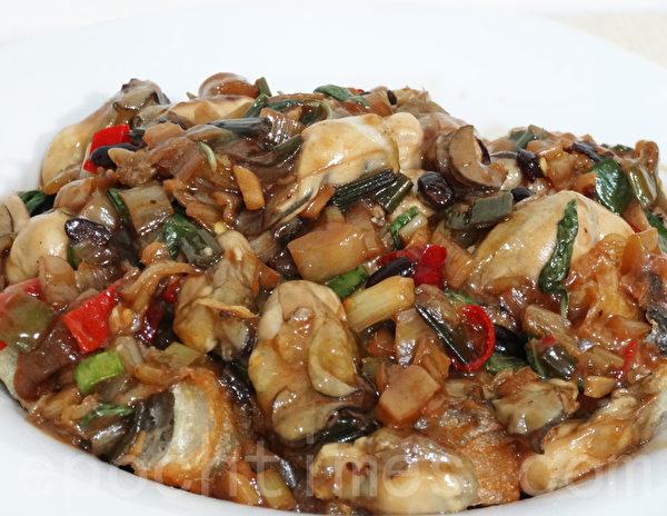 盛盘于油条上面即完成,香辣下饭的油条鲜蚵趁热吃,很美味可口哦!(林秀霞 / 大纪元)