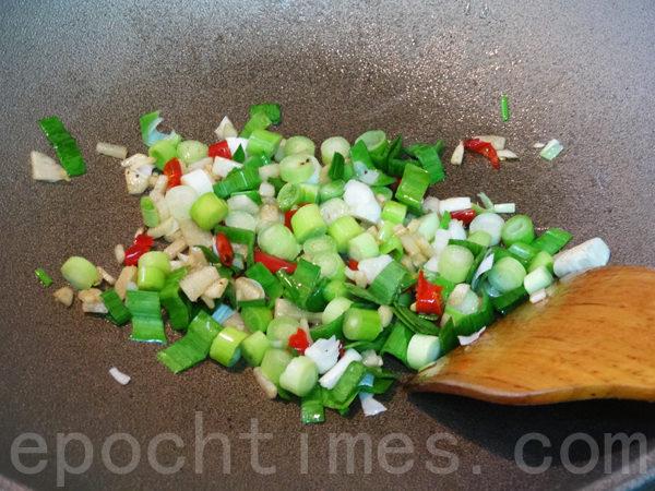 依序爆香姜、辣椒、蒜苗、葱绿。(林秀霞 / 大纪元)