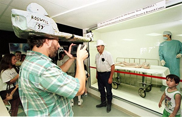 游客参观罗斯威尔幽浮博物馆。(法新社)