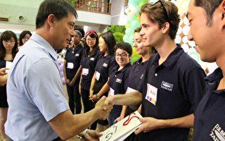 秘书长陈鑫益(左)致赠纪念品。(宜兰县政府提供)