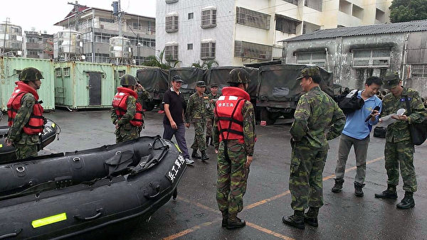 輕度颱風鳳凰來襲,陸軍第十軍團動員裝甲車、官兵百餘人,21日進駐嘉義縣沿海鄉鎮待命救援,直到颱風狀況解除。 (陸軍第十軍團提供)