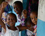 孤兒不僅因父母的暴病身亡受到打擊,還要遭受社會的拒絕。聯合國兒童機構Unicef估計,上千兒童成了埃博拉病毒孤兒。(Photo credit should read DOMINIQUE FAGET/AFP/Getty Images)
