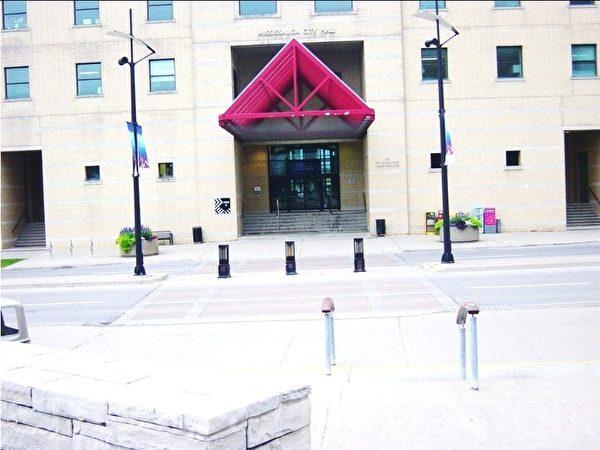朴素的米西沙加市政府正大门。 (李文笛/大纪元)